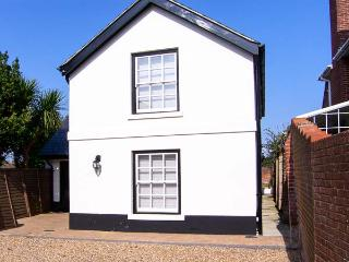 COACH HOUSE, en-suites, WiFi, sociable open plan accommodation in Gosport, Ref