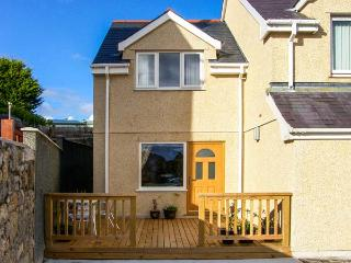 BRYN Y DON COTTAGE, pet-friendly cottage with WiFi, close to the coast, in Benll