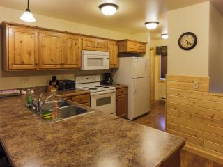 The Gallatin Cabin 124: 3 Master Bedrooms, In Town, Private Laundry, Sleeps 6-8