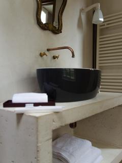 Dans la salle de bain, des produits cosmétiques d'accueil vous sont offerts