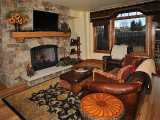 High-end ski-in/ski-out condo with fireplace, ski storage, outdoor pool and comm
