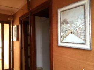 Recibidor.  El armario ropero con espejo se puede compartir con la habitación individual.
