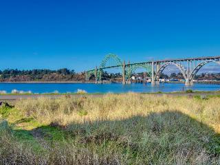 Walk to Oregon Coast Aquarium! Ocean view home, pets okay!, Newport