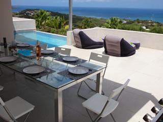 A panoramic view from Maho to Anguilla, an infinity pool, 3 bedrooms, comfortable kitchen, BBQ., St. Maarten-St. Martin