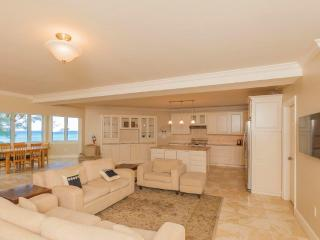 Gorgeous 2 bed oceanfront condo - Seven Mile Beach, George Town