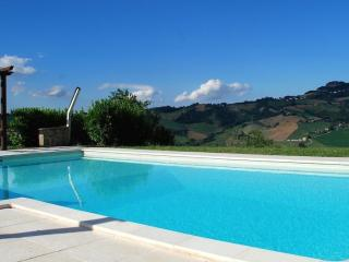 4 Bed Farmhouse, Pool, Beautiful Views, sleeps 8, Monte san Martino