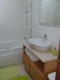 Salle de bain avec bain massant