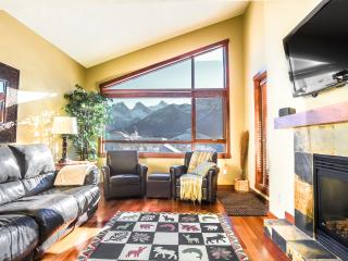 Fantastic Downtown Top Floor Mountain Condo!, Canmore