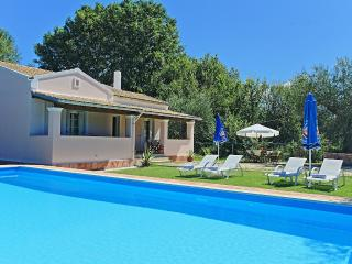 Vari Estate Ena: Spacious villa with private pool and garden, not far from the