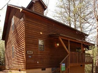 2 Bedroom Mountain Cabin Rental with Hot Tub, Close to Downtown Gatlinburg