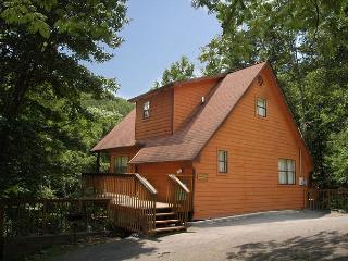 Cabin near downtown Gatlinburg in a wooded setting Deer Run Getaway 1136