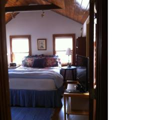 Charming Private Cottage ~ Huge Deck~ Dog-Friendly, Nantucket