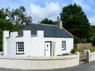 EAST LODGE, character, pet-friendly cottage with WiFi and multi-fuel stove in Du
