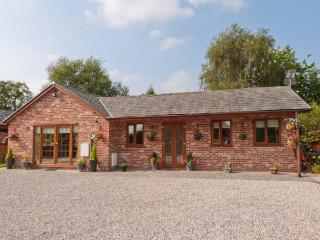 WILD DUCK LODGE, detached, single-storey, corner bath, ample parking, views of open fields, near Mawdesley, Ref 916440