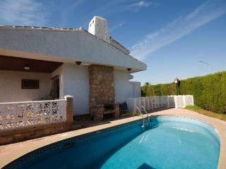 Family friendly villa, BBQ, pool and own garden, Playa Flamenca