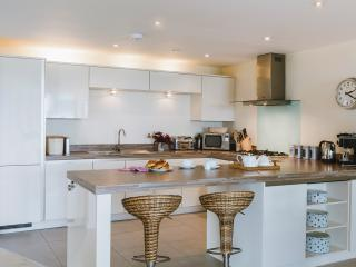 The open plan kitchen with all the mod cons you'll need and a lovely breakfast bar area