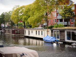 Bright and modern HouseBOAT in TRENDY district, Ámsterdam