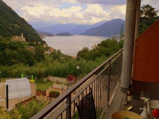 2 Bedroom Apt with Balcony great views and pool, Argegno