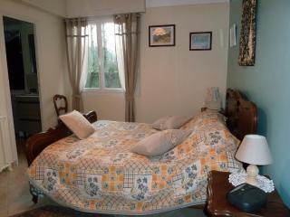 La chambre du rez de chaussée, avec une douche à l'italienne et les toilettes séparées