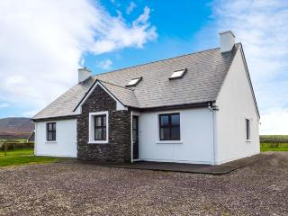WELL ROAD COTTAGE, detached, open fire, en-suites, pet-friendly, walking distance to lake, near Waterville, Ref 916811