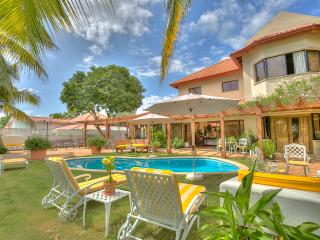 Spacious and great for Families! Swimming Pool, AC, Free Wifi, Maid and Butler