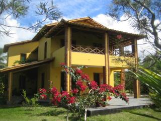 Spacious house in Bahia with private garden and terrace with hammock – 300 m from beach!, Canavieiras