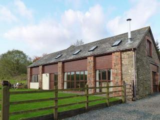 APPLE BARN, en-suites, woodburner, games room, stunning views, near North Molton, Ref. 916094