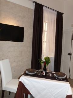 Vista camera con tavolo apparecchiato