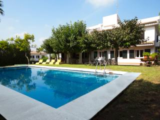 Villa Roda de Bara for up to 18 people, only 800m to the beach!