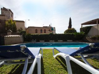 Elegant Castellar villa 35km from Barcelona and a short walk to all amenities