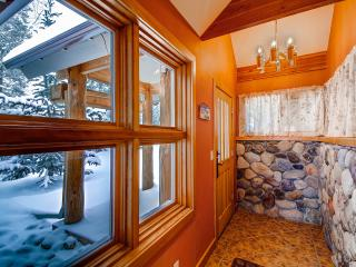 ASPEN VIEW: Executive Home, Amazing Views, 2 Car Garage, W/D, King Beds