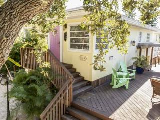 A Private Retreat with Great Outdoor Living - Code: Cozy Cottage, Fort Myers Beach
