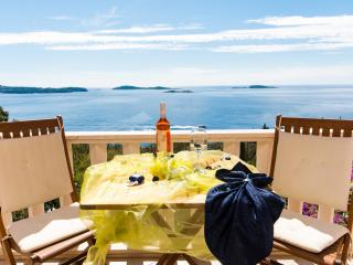 YELLOW APARTMENT WITH POOL , JACUZZI AND SEA VIEW, Dubrovnik