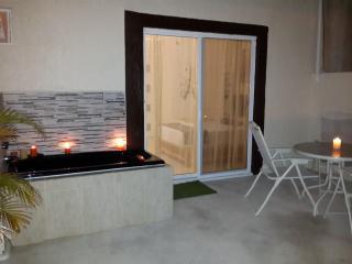 Apt. B - Romantic with Terrace, Cancún
