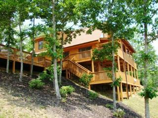 Sky Cove Retreat – Gorgeous Log Cabin with Extraordinary View. Minutes from Restaurants, Shopping and the Great Smoky Mountain Railroad, Bryson City