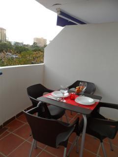 Terraza con 4 sillas y mesa para comer