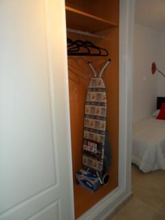 Armario empotrado de dos puertas, tabla de plancha, plancha, carro de compra...etc