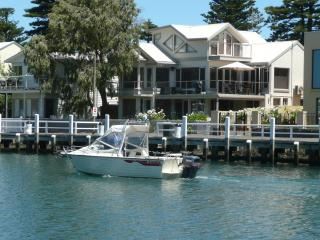 Moyne Wharf Apartment- absolute river frontage., Port Fairy