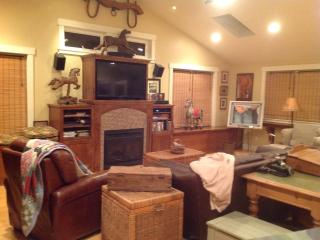 Family room with HD TV. Looking on to the Tennis and Basketball courts.