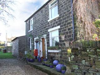 LAPWING COTTAGE, semi-detached, woodburner, roll-top bath, walks from the door, near Glossop, Ref 916370, Padfield