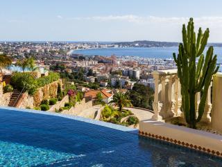 Hollywood villa up above Golfe-Juan