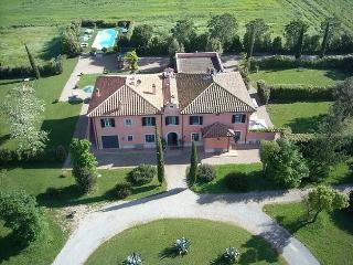 This enchanting property located in Maremma can host up to 12 people and feature