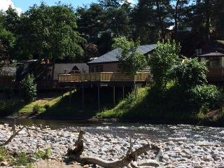 CAP d'AIL HOLIDAY LODGE with riverside location, Blair Atholl