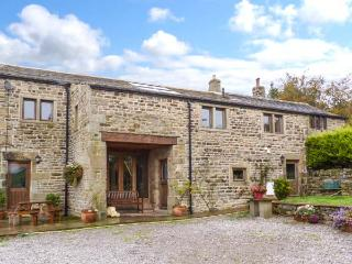 SWALLOW BARN, woodburner, en-suites, Sky TV, stylish cottage near Silsden, Ref. 912256