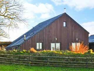 WHITETOR FARM: MEADER, detached barn conversion, woodburner, enclosed lawned, Tavistock