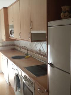 Cocina completa con microondas, frigorífico, lavadora, lavabajilas, horno y vitroceramica