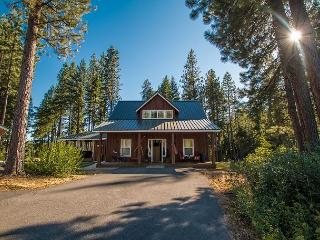 Meadow Wood Lodge, hot tub, WiFi, privacy, stunning acreage and Fido OK