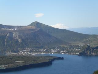 Isola di Vulcano con sullo sfondo l'Etna innevato