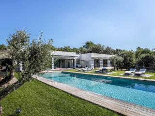 Large modern villa in the countryside of Aix
