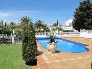 Apart-rent (0040) Magnifica villa al canal con piscina & amarre en Empuriabrava